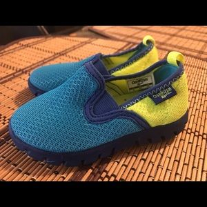 Toddler boy Oshkosh water shoes size 6